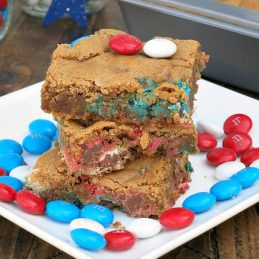 Patriotic M&M Cookie Bars | alidaskitchen.com